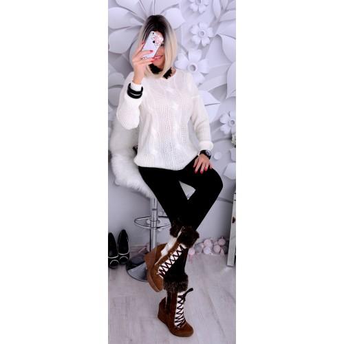 Luźny oversize sweterk biały z warkoczami P688B