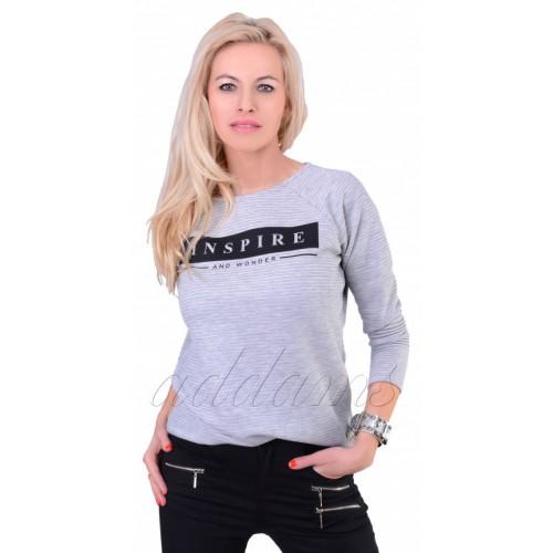 Modny sweterek z napisami i  suwakiem na tyle P669